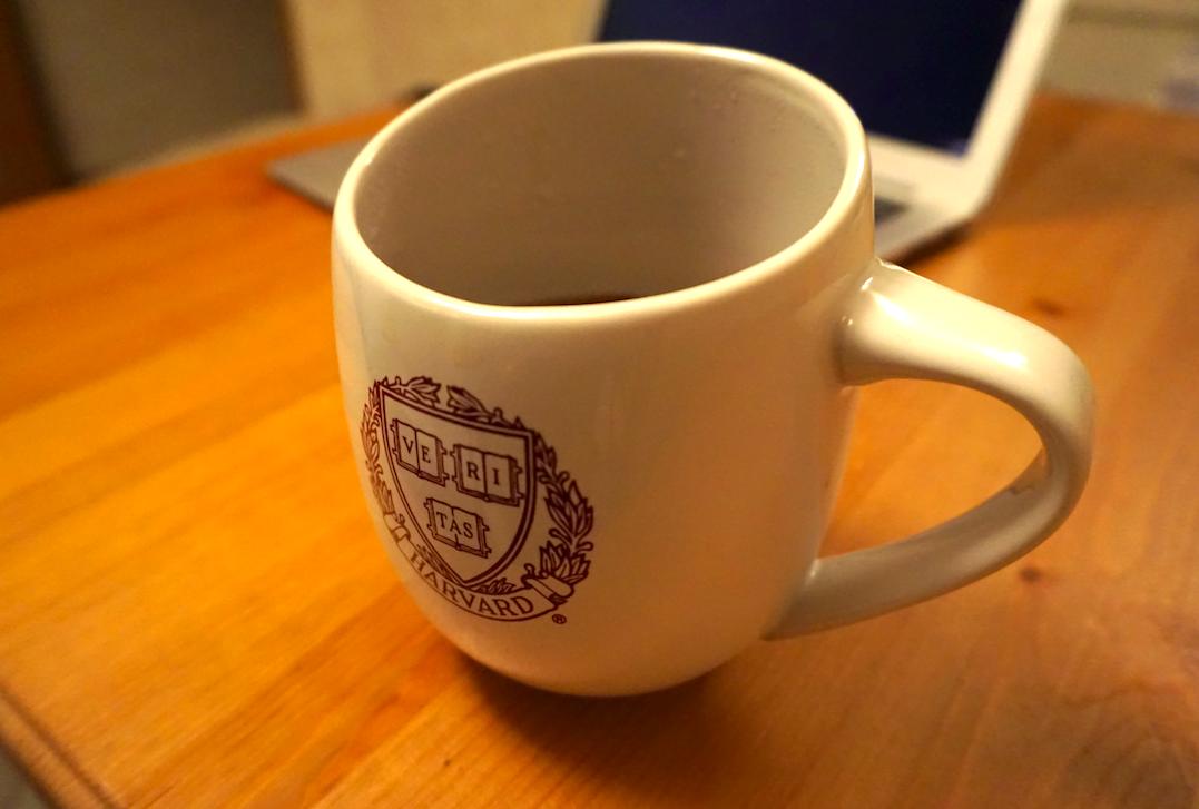 投稿のウラに。優雅で流石なハーバードのマグカップ。